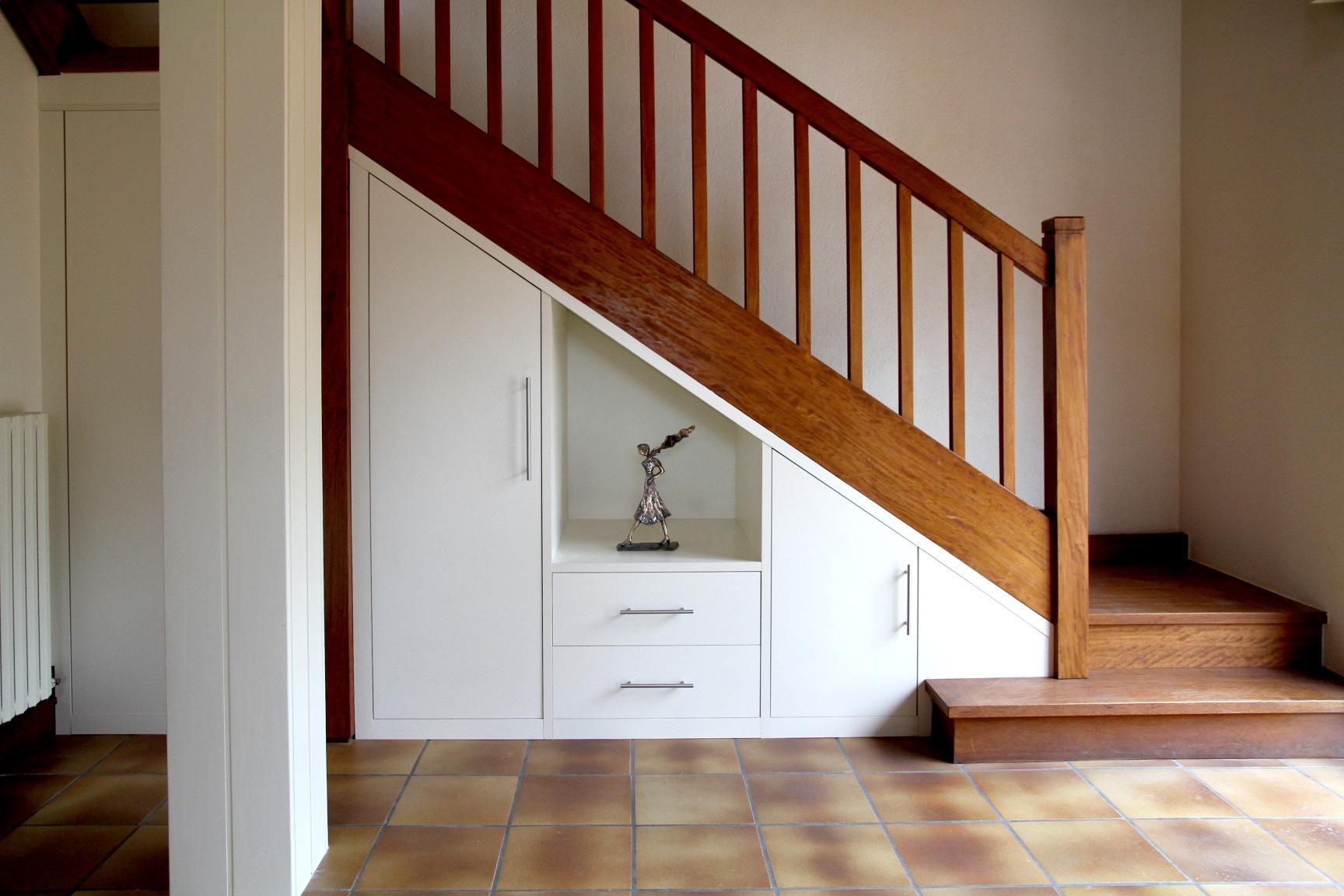 amenagement placard sous escalier